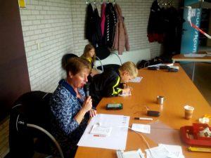 de omroepster actief met naast haar, jong talent op het organisatorisch gebied